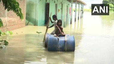 असम: मुसळधार पावसामुळे ब्रम्हपुत्रा नदीच्या पाण्याच्या पातळीत वाढ झाल्याने गुवाहाटी येथील गावात पुर परिस्थिती