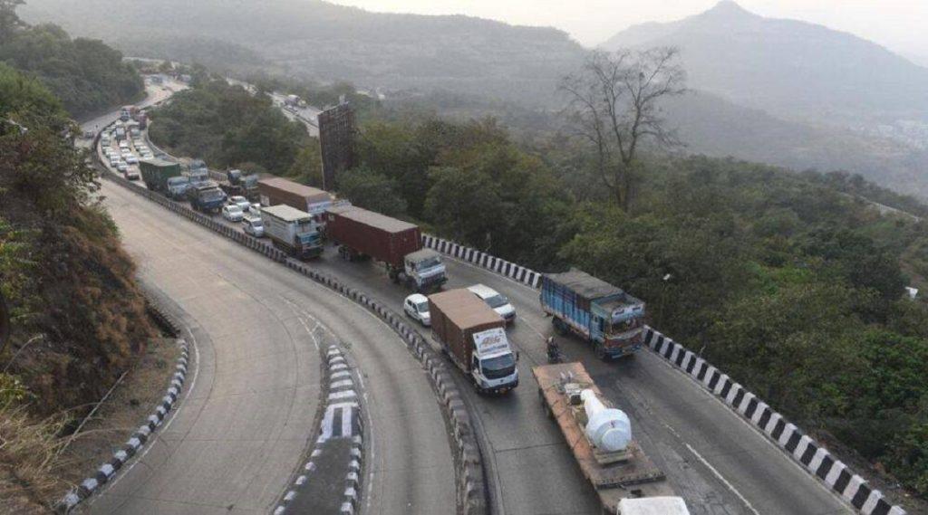 मुंबई-पुणे एक्सप्रेस वे वर वेग मर्यादा ओलांडणाऱ्या वाहनचालकांना 1000 रुपयांचा दंड; 1 ऑगस्टपासून नियम लागू