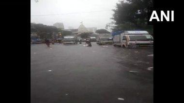 Mumbai Rain Updates: मुंबईसह उपनगरात झालेल्या मुसळधार पावसामुळे नळ बाजार परिसरातील गोल देऊळ येथे साचले पाणी, पहा फोटो