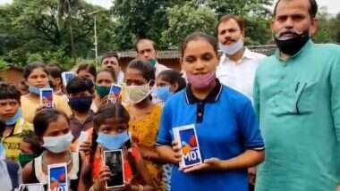 Maharashtra BJP तर्फे मुंबईत आदिवासी मुलांला 25 स्मार्टफोनचे वाटप; Online Classes पासून वंचित राहणाऱ्या विद्यार्थ्यांना मिळाली मदत