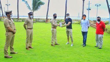 बॉलिवूड अभिनेता अक्षय कुमार ने मुंबई पोलिसांना केले 'फिटनेस हेल्थ ट्रॅकिंग डिवाइस'चे वाटप; आदित्य ठाकरे यांनी मानले आभार