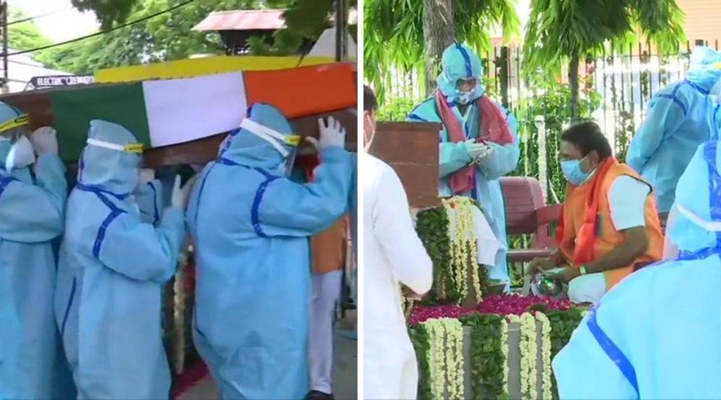 Pranab Mukherjee Funeral: माजी राष्ट्रपती प्रणब मुखर्जी यांंना अखेरचा निरोप, सोशल डिस्टंंसिंग पाळत पुत्र अभिजीत मुखर्जी यांंनी केले अंत्यविधी