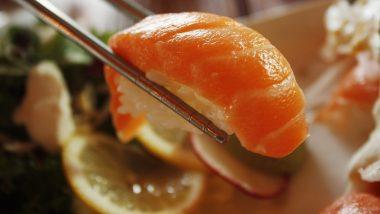 Coronavirus: ऑनलाईन फूड डिलिव्हरी करणयासाठी Sushi Restaurant  पाठवतंय अर्धनग्न बॉडिल्डर, COVID-19 संकट काळातही करतायत हजारो रुपयांची कमाई
