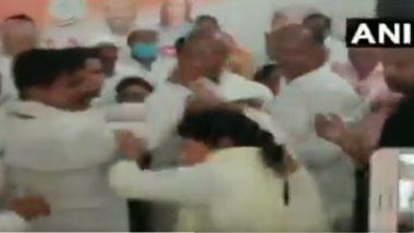 देवरिया: Congress पक्षातील उमेदवाराला तिकिट दिल्याने विरोध करणाऱ्या महिलेला कार्यकर्त्यांकडून मारहाण (Watch Video)