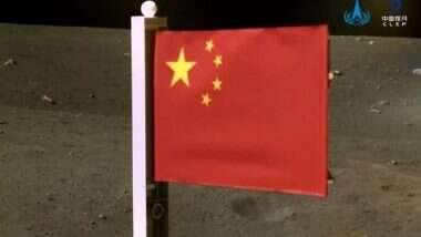 China: चंद्राच्या पृष्ठभागावर पोहचण्याआधीच Chang'e-5 ने तेथे चीनचा फडवला ध्वज , See Photo