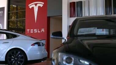 Elon Musk ला मोठा झटका; Tesla च्या गाड्यांमध्ये आढळल्या त्रुटी, 1,58,000 गाड्या परत मागवण्याचे आदेश