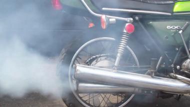 बाइक मधून 'या' कारणास्तव निघतो काळा धूर, लक्ष न दिल्यास होईल मोठे नुकसान