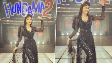 Hungama 2 च्या सेटवर शिल्पा शेट्टी दिसली ज्येष्ठ अभिनेत्री हेलन सारख्या रेट्रो लूक मध्ये, Watch Video