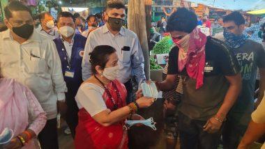 Coronavirus In Mumbai: मुंबईतील कोविड 19 विरूद्धच्या लढाईत महापौर किशोरी पेडणेकर रस्त्यावर; दादरच्या भाजी मंडईत मास्क वाटप