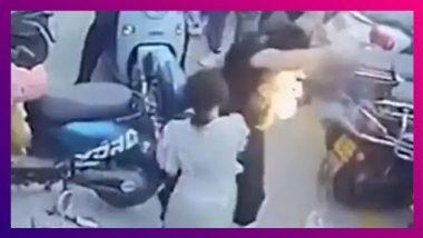 रस्त्यावरुन चालत असताना अचानक माणसाच्या पिशवीतून बाहेर आली आग , पाहा हा व्हिडिओ काहोतोय व्हायरल?
