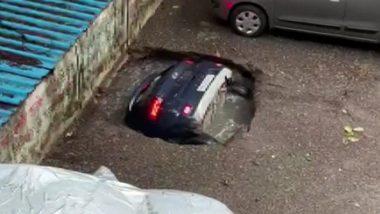 बाबो! Ghatkopar येथे चक्क सिंकहोलमध्ये बुडाली पूर्ण कार; Mumbai मध्ये पावसाचा जोर वाढल्याने खचली जमीन (Watch Video)