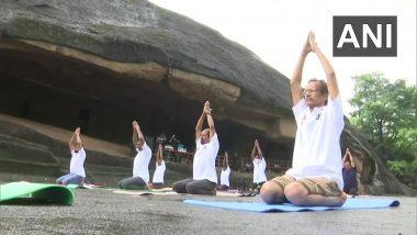Yoga Day 2021: योग दिनानिमित्त मुंबई मधील कान्हेरी लेणी येथे सामुहिक योगसाधनेचे आयोजन; पहा Photos