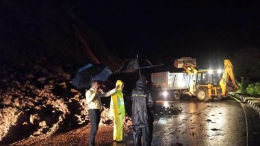 मुंबई-गोवा महामार्गावर नडगीवे गावाजवळ घाटात कोसळलेली दरड दूर करून वाहतूक सुरळीत करण्यात यश
