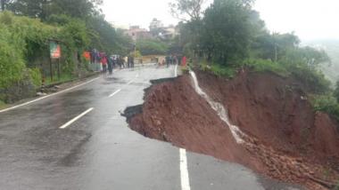 Kolhapur: पन्हाळा येथील मुख्य रस्ता जकात नाका येथे  खचला असल्यामुळे सदरचा मार्ग वाहतुकीस बंद