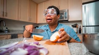 कांदा कापताना डोळ्यांमधून पाणी येते? उपायासाठी 'या' सोप्प्या ट्रिक वापरा