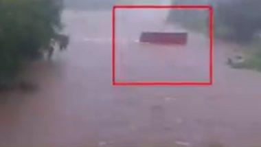 Maharashtra: रायगड येथे पुराच्या पाण्यात एसटी बस घालणे आले अंगलट, चालकासह वाहकाचे निलंबन