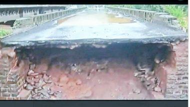 चिपळूण येथील वाशिष्ठी नदीवरील मुंबई-गोवा महामार्गावरील जुन्या पुलाचा भाग गेला वाहून; वाहतूक ठप्प (See Pic)