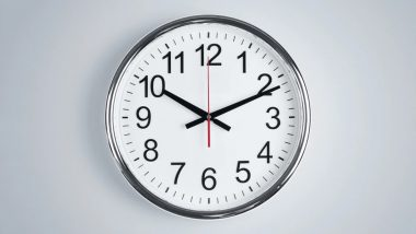 शोरूममधील घड्याळांचे काटे नेहमी 10.10 ची वेळ का दर्शवतात? काय आहे यामागील सत्य जाणून घ्या