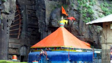 Pune Ekvira Devi Temple: पुणे येथील कार्ला देवी मंदिरात भाविकांची तुफान गर्दी, कोरोनाच्या नियमांचे उल्लंघन